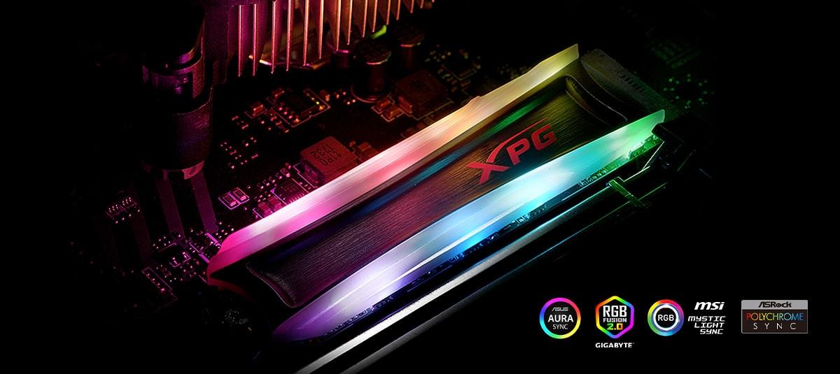 تم تركيب SPECTRIX S40G على اللوحة الأم ، مع تشغيل إضاءة RGB.  توجد في أسفل اليمين شعارات Asus Aura Sync و Gigabyte RGB Fusion و MSI Mystic Light Sync و ASRock Polychrome Sync.