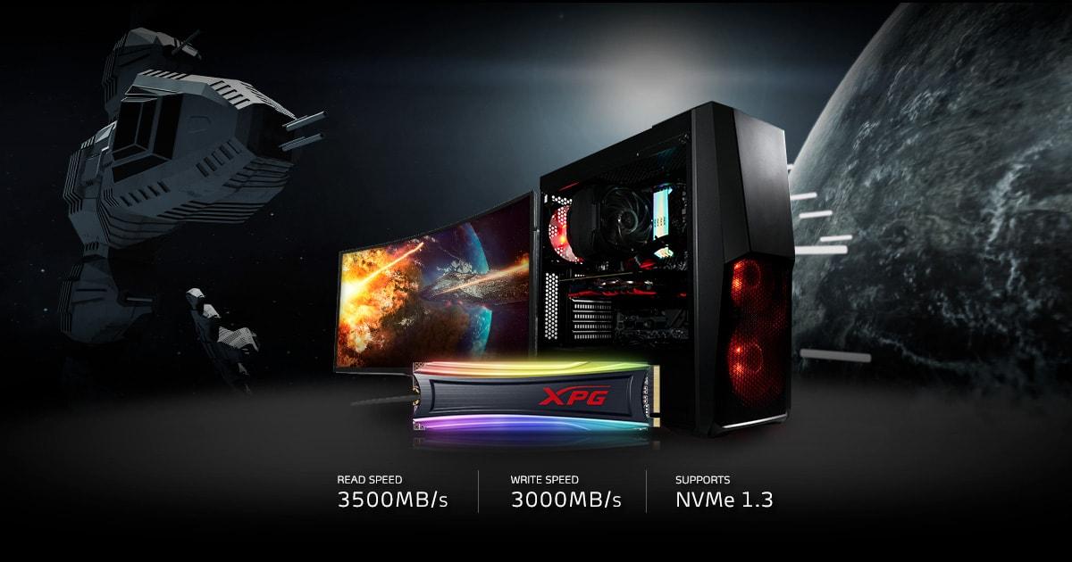 يوجد جهاز SPECTRIX S40G في المنتصف ، ويقف أمام كمبيوتر الألعاب وشاشة منحنية.  الخلفية هي سفينة فضاء قتالية وكوكب.