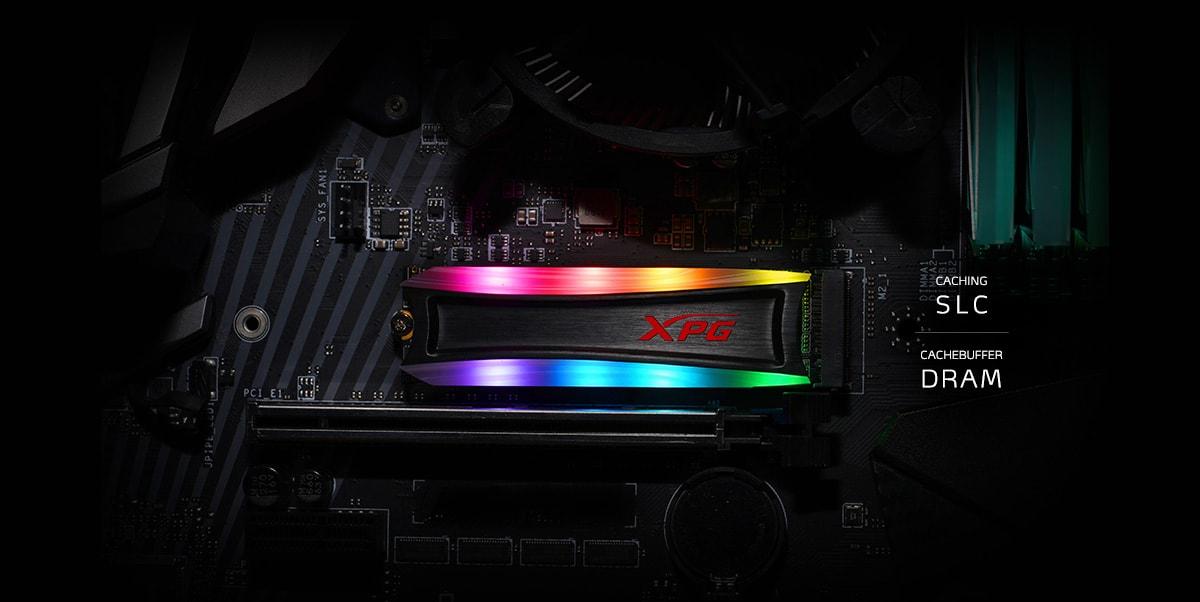 تم تركيب SPECTRIX S40G على اللوحة الأم ، مع تشغيل إضاءة RGB.  تقرأ النصوص الموجودة على اليمين Caching SLC على الطبقة العليا ، و Cachebuffer DRAM على الطبقة السفلية.