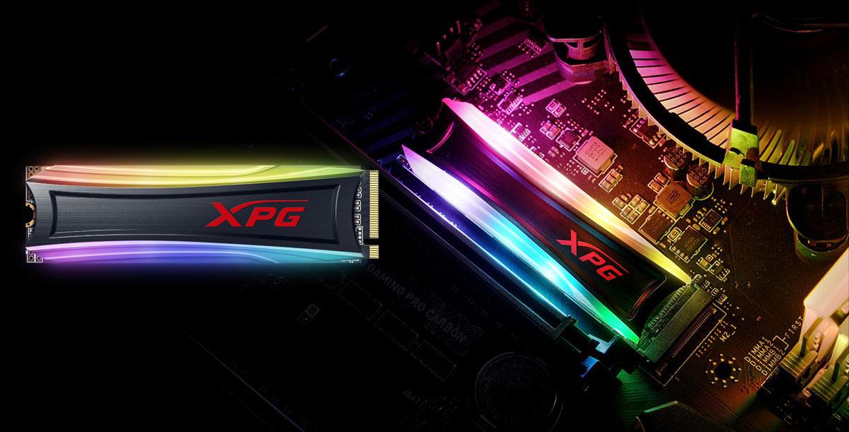 تم تثبيت SPECTRIX S40G على اليسار ، و SPECTRIX S40G على اللوحة الأم ، وكلاهما مع إضاءة RGB قيد التشغيل.