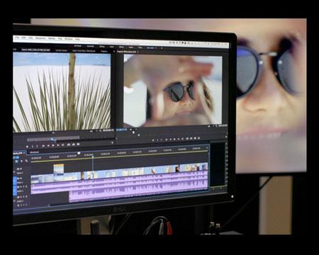 Un monitor con pantalla que ejecuta algún software de edición de video.