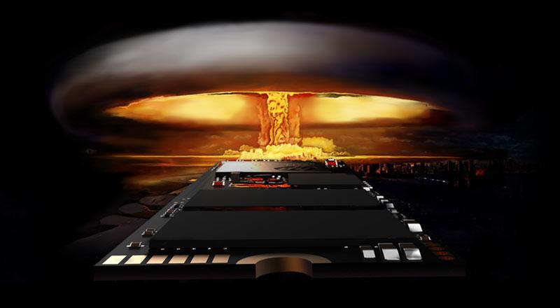 Primer plano del chip en el SSD, con una explosión nuclear en el fondo