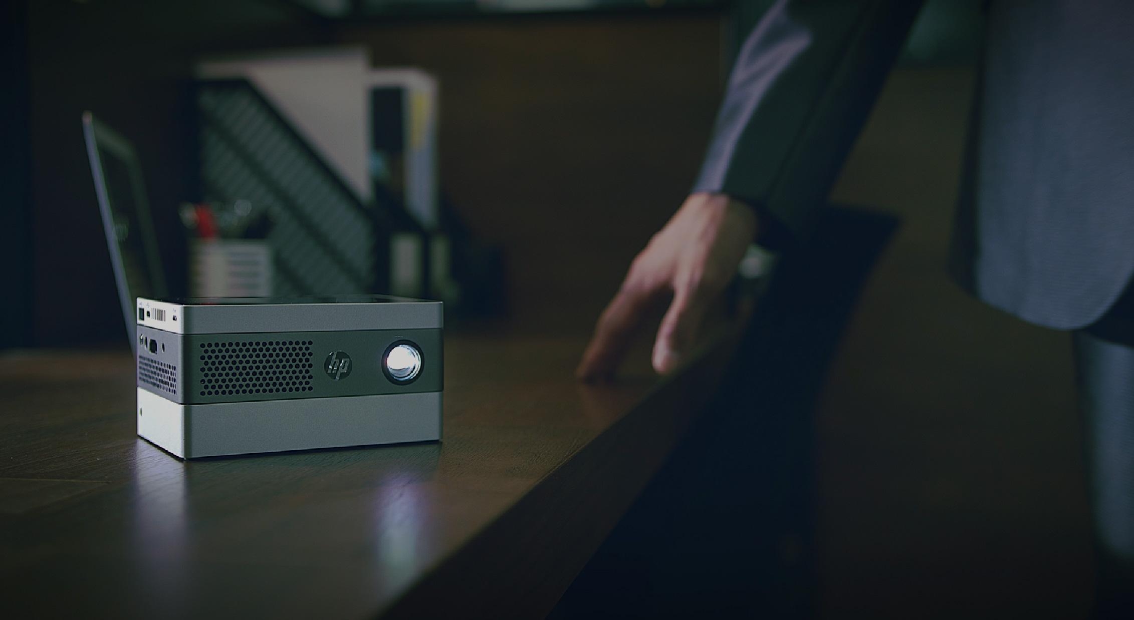 觸摸桌子旁邊的人在木桌上的HP IP400